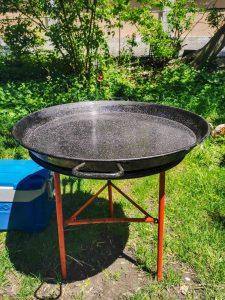 Le méga kit à paella inclut la location d'équipement à paella avec le bruleur à paella et les ingrédients à paella pour faire une paella géante à la maison